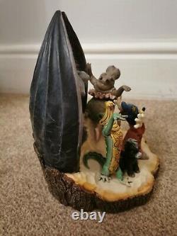 Les Traditions De Disney Mettent En Valeur La Fantaisie De Mickey Mouse Sculptée Par La Figurine De Coeur